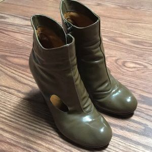 CHIE MIHARA SORBET TEXTURED PATENT LEATHER BOOTIES